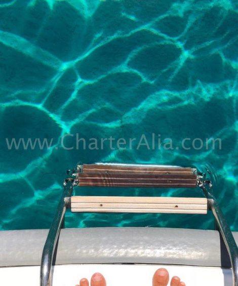 Trap om te zwemmen in de turquoise wateren zoals een zwembad op Ibiza en Formentera