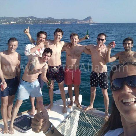 Vrienden bij de boeg van de catamaran Lagoon 380 op Ibiza