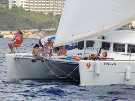 Zeilen met het zeil van de genua in catamaran op Ibiza