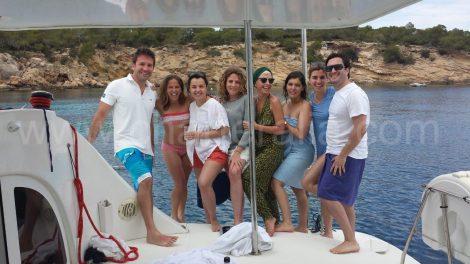 vrienden die 40 jaar in boot vieren bij ibiza