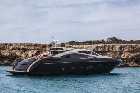 82 zits luxe motorboot Sunseeker voor charter op Ibiza