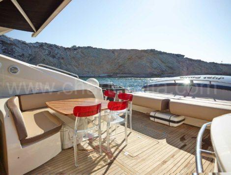 Achtersteven terras van het luxe jacht op Ibiza Predator 82