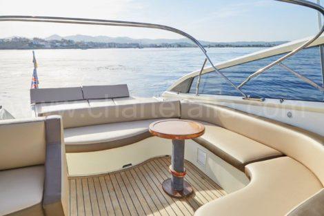 Buitenkant van het Aqua 54 Baia jacht te huur op Ibiza