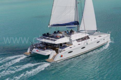 Catamaranverhuur op Ibiza Fountaine Pajot Victoria 67 zeilen op volle zee