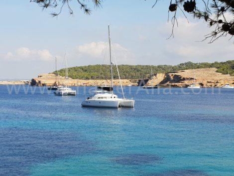 De catamaran Lagoon 380 in het centrum van het strand van CalaBasa op Ibiza