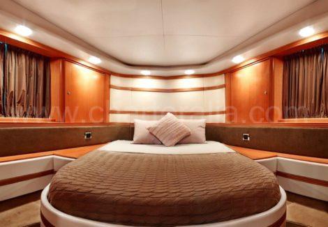 Dubbele cabine van de Baia motorboot voor charter in Formentera en Ibiza