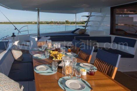 Eettafel achter terras catamaran Fountaine Pajot 67 voet