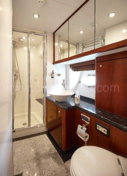 Ensuite badkamer van het luxe jacht Predator Sunseeker