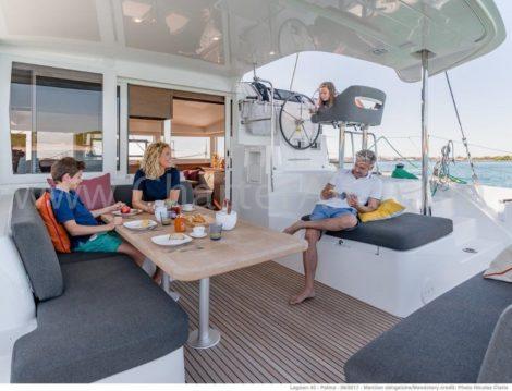 Foto van de cockpit met achterterras van catamaran Lagoon 40 in Formentera en Ibiza