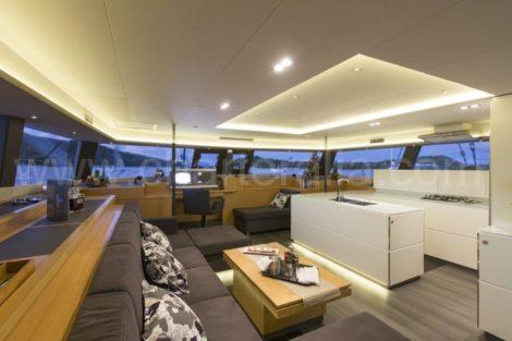 Gemeenschappelijke ruimtes verlichte noctures catamaran de charteralia Victoria 67 Fountaine Pajot