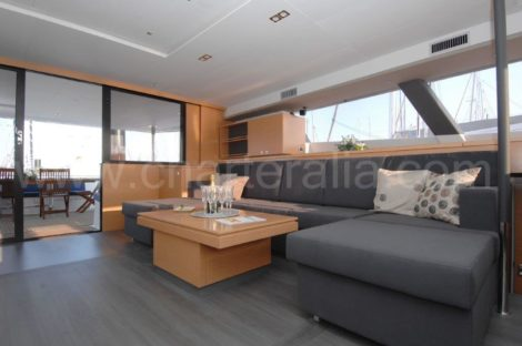 Interior lounge botenverhuur Ibiza catamaran Victoria 67