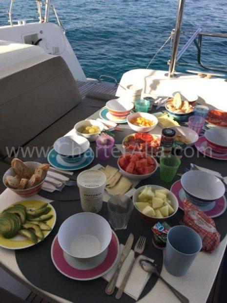 Verhuur gastvrouw koken op boot Ibiza charter