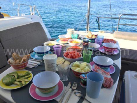 Wakker worden aan boord van een van onze catamarans op Ibiza en Formentera met voorbereid ontbijt is onbetaalbaar