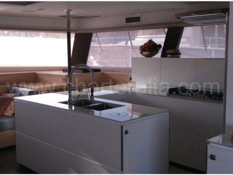 Zicht op de keuken vanaf het achterterras van de catamaran Fountaine Pajot 67