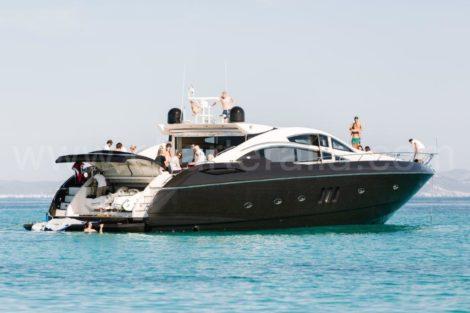 Zijaanzicht van het charterjacht in Ibiza Sunseeker Predator 82