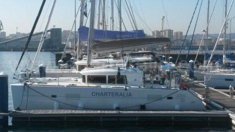 catamaran de charteralia in de haven van la coruna