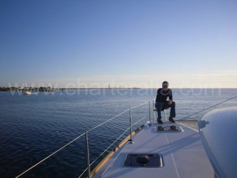 preekstoel van de boog van catamaran ibiza