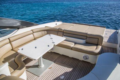 Buitenstern eetgedeelte op Alfamarine 60 charterjacht Ibiza
