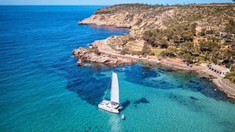 Catamaran Lagoon 52 varend voor de kust van Ibiza
