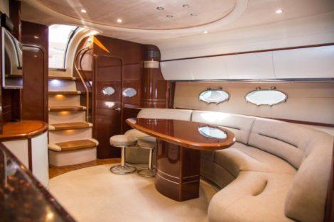 Comfortabele woonkamer ibiza jachtverhuur Princess V58