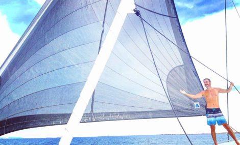 De Lagoon 400-catamaran is uitgerust met een speciaal zeil met hoge prestaties