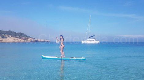 De Lagoon 400-catamaran met ac is voorzien van een opstaand paddleboard