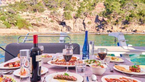 De kok die bij de huurprijs van deze catamaran is inbegrepen, maakt de beste maaltijden