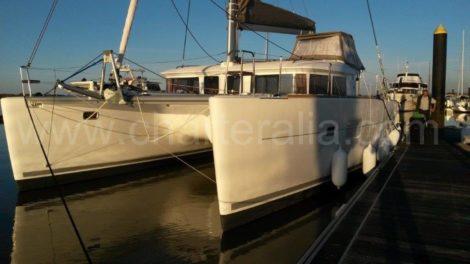 De ruimte tussen de twee helmen van de Lagoon 400 catamaran biedt ongelooflijke stabiliteit