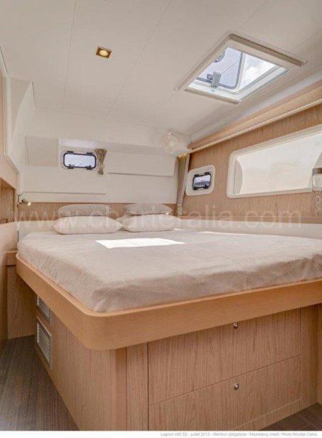 Een van de twee dubbele achterhutten van de Lagoon 400-catamaran te huur op Ibiza en Formentera