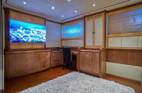 Enorme flatscreen in een van de passagiershutten in de Mangusta 130 mega-jachtverhuur Ibiza Formentera