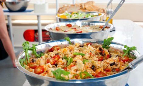 Eten geserveerd aan boord van de 100 persoons catamaranverhuur op Ibiza