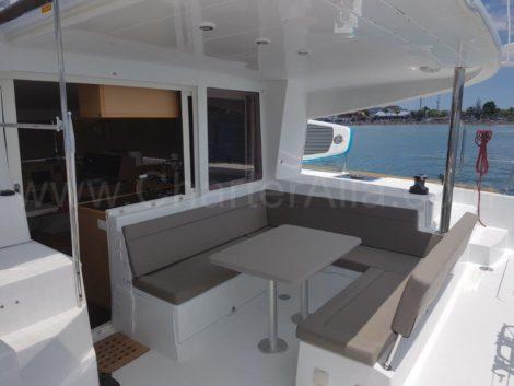 Het achterdek van de Lagoon 400-catamaran heeft een buiteneettafel met een capaciteit voor maximaal 8 personen