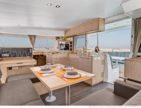 Het interieur van de catamaran Nauta Design Lagoon 400 is zeer modern