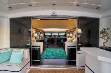 Luxe lounge in het Mangusta 130 superjacht