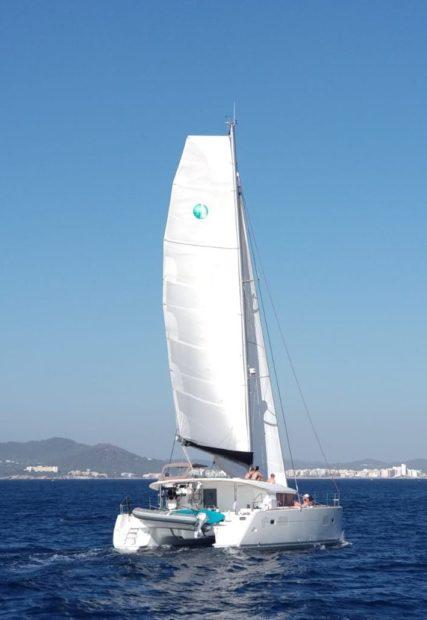 Mrs Robinson Lagoon 400 catamaran die vaart in de baai van San Antonio in het westen van het eiland Ibiza