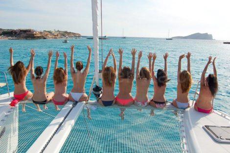 Op deze afbeelding ziet u de bijna 9 meter brede catamaran van de Lagoon 400 die we aanbieden te huur op Ibiza en Formentera