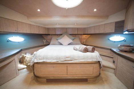 Sunseeker Predator 75 huren Ibiza Master Cabin