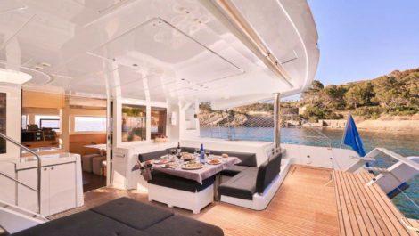 Teakhouten en eettafel op Lagoon 52 Ibiza