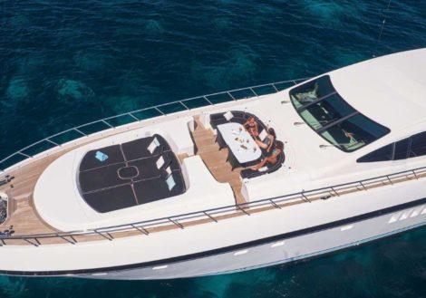 Voordek van de Mangusta 130 super luxe jachtverhuur op Ibiza