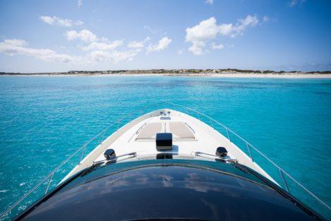 Zonnebank op boegdek jachtverhuur Ibiza Riva 68 Ego