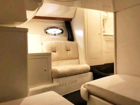 Interiores do iate charter Cranchi 39 em Ibiza e Formentera.