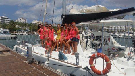Meninas locais em uma festa de despedida de ibiza em catamarã
