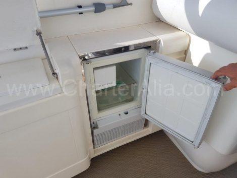 Fora frigorífico charter elétrica um iate o poder na Ibiza