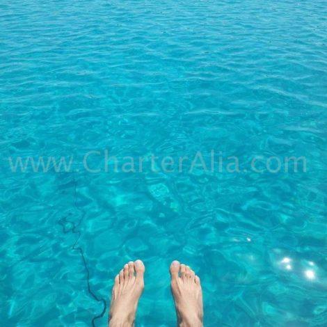 Aguas azul turquesa que podemos visitar em barcos fretados em Ibiza