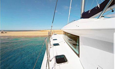 Aluguer vista lateral para o porto Lagoon 420