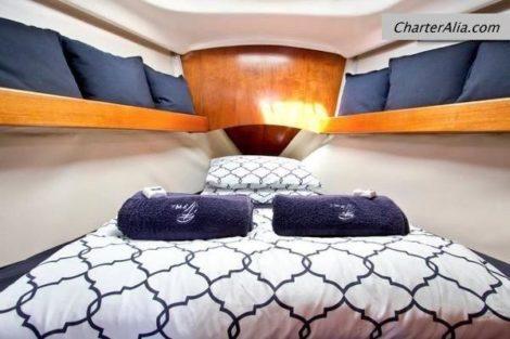 Cabine na proa do barco a vela Oceanis 351 para alugar em Ibiza e Formentera