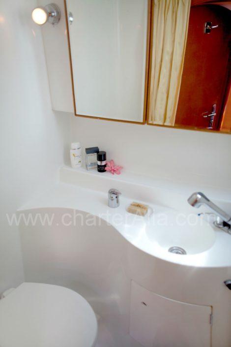Casa de banho a bordo do catamaran Lagoon 47 para alugar com skipper em Ibiza
