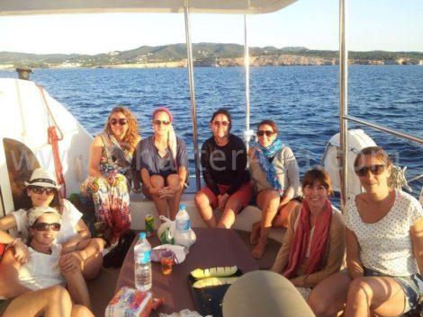 Clientes no terraco dos fundos do catamara Lagoon Ibiza Formentera