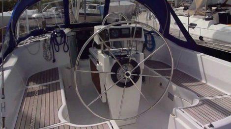 Cockpit da area externa do Oceanis 351 em Formentera