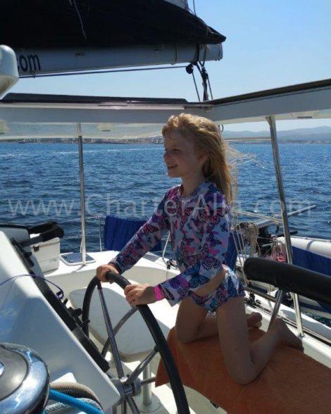 O catamara Lagoon 380 e tao facil e seguro de navegar que ate uma crianca pode faze-lo
